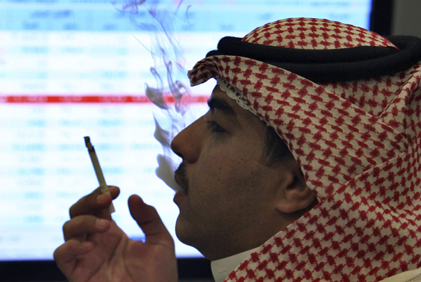 A trader looks at trading board at a Saudi Bank in Riyadh October 20, 2008. REUTERS/Fahad Shadeed (SAUDI ARABIA) - RTX9QIX