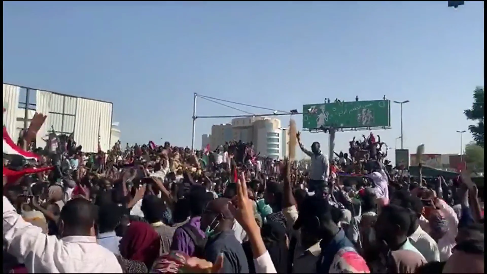 4b3dd9a8503 Low-ranked Sudanese soldiers defy government to protect protestors in  Khartoum
