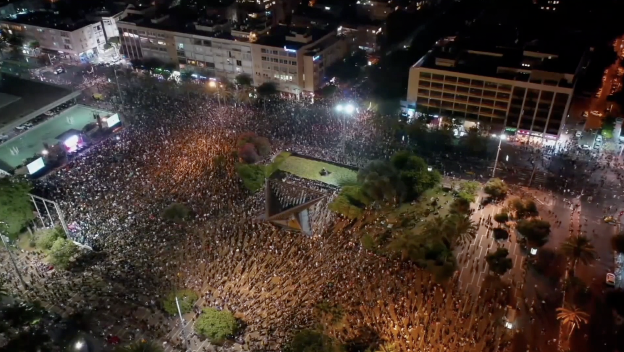 Thousands protest in the streets of Tel Aviv over the government's response to the pandemic - channel 4