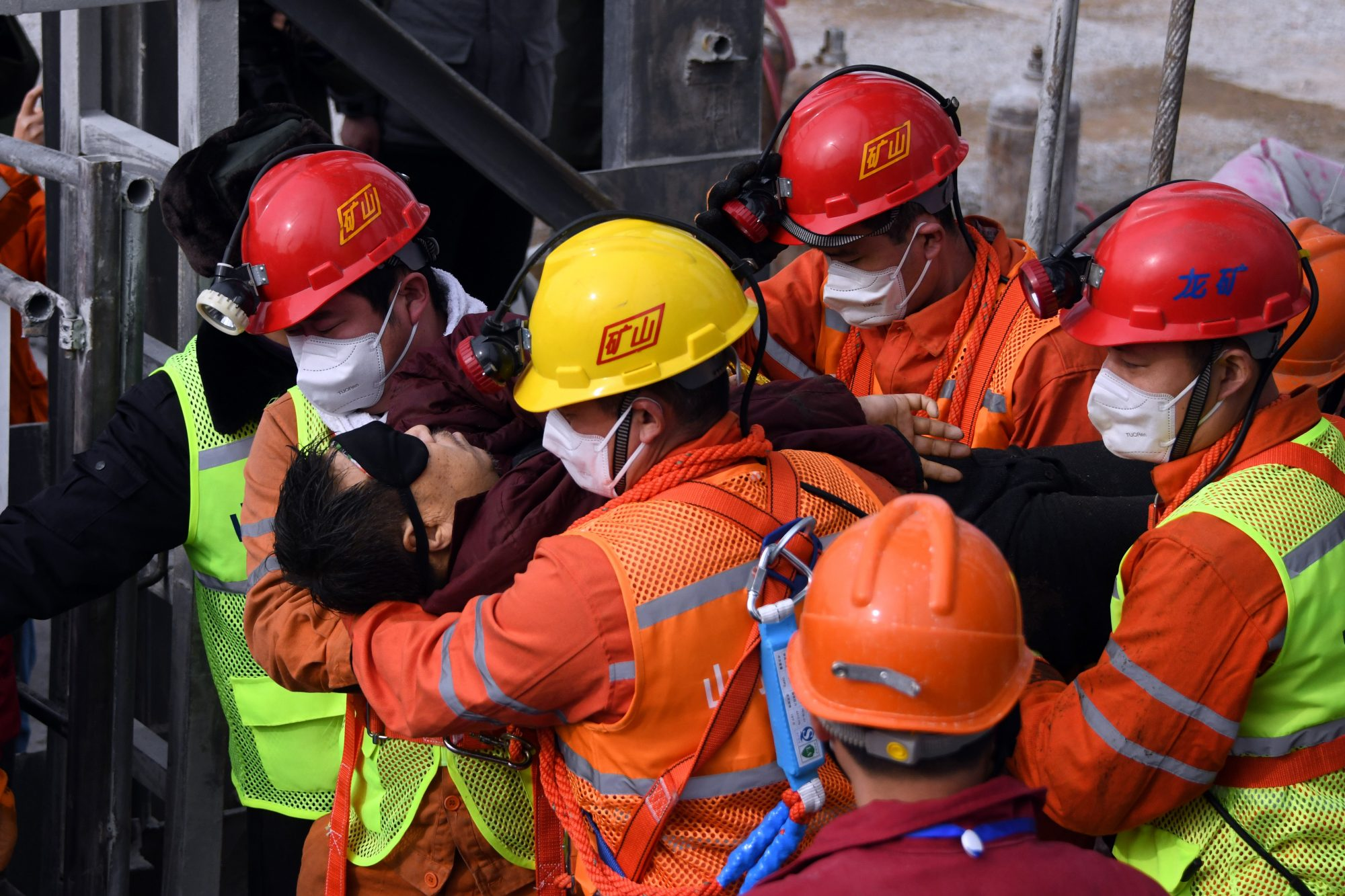 11 Chinese miners rescued after two weeks trapped underground - channel 4