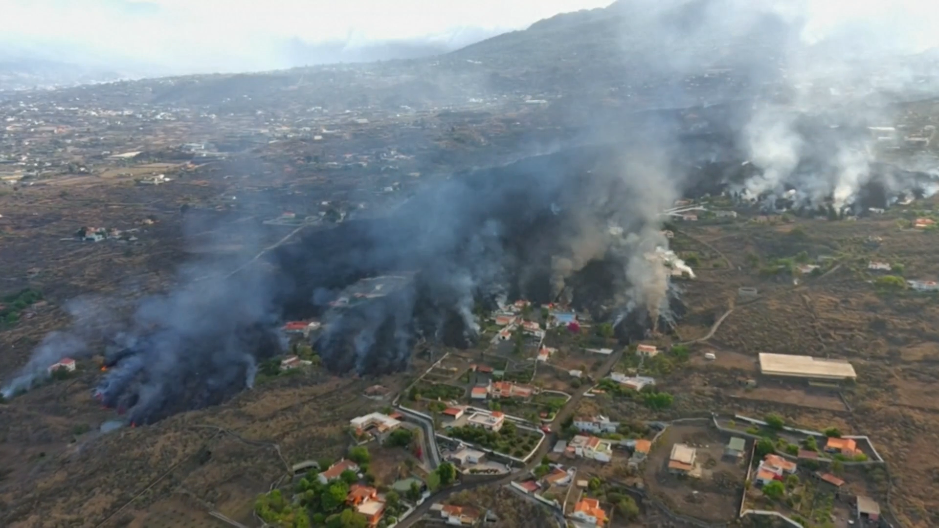 La Palma volcano: Hundreds more evacuated as eruption continues – Channel 4  News